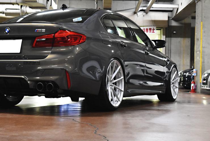 BMW M5 マフラー ブラックアウト エンブレムペイント