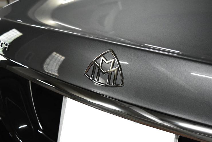 マイバッハ スムージング エンブレム交換 旧マイバッハ S560 W222